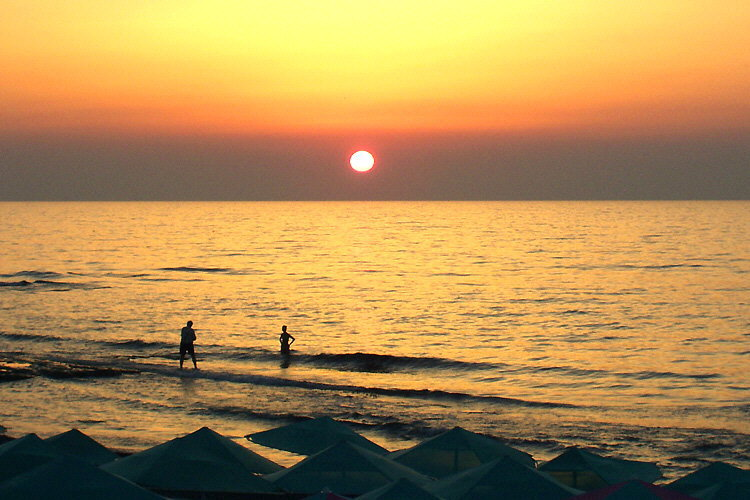 Sonnenuntergang: Am Strand des ''Seafront'' in Adelianos Kampos