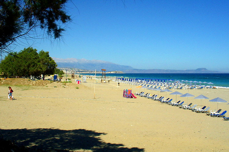 Platanias (Rethymnon): View over the beach towards the bay of Rethymnon